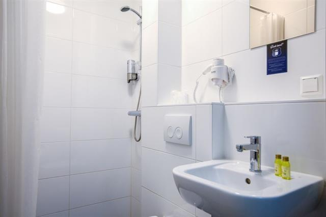 Bathroom facilities at King's Inn City Hotel Alkmaar